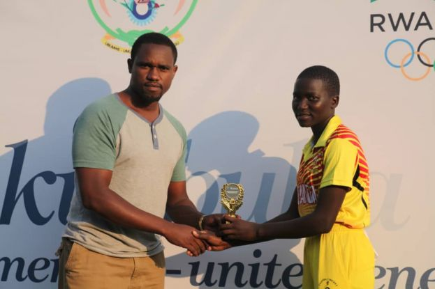 For the second successive day, Esther Iloku stood out for Uganda with the bat and duly deserved her Match Award. Rwandan legend Eric Dusingizimana handed over the plaque to wicket-keeper cum batter.